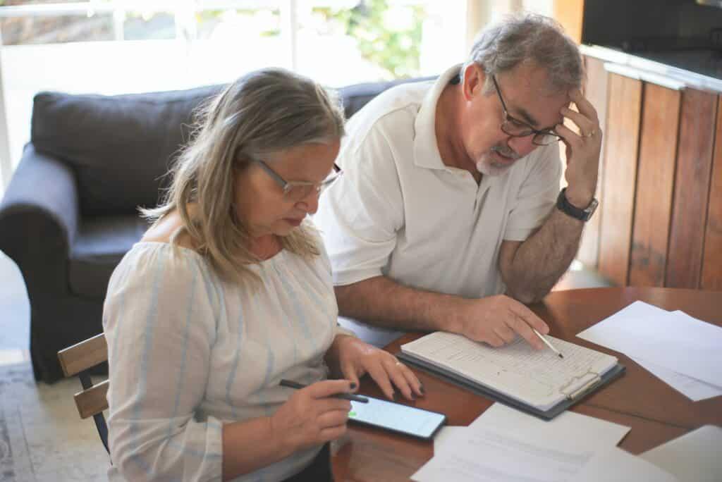 couple de personnes âgées faisant démarches administratives